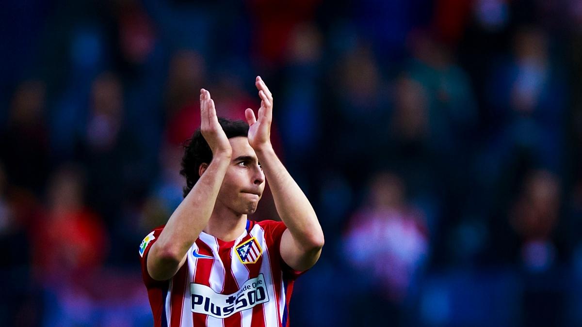 Tiago agradece la ovación de los aficionados del Atlético