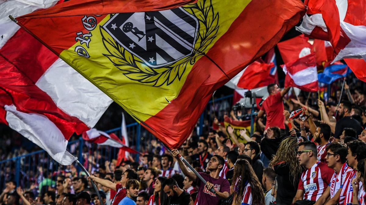 Aficionados del Atlético ondean las banderas en el Vicente Calderón