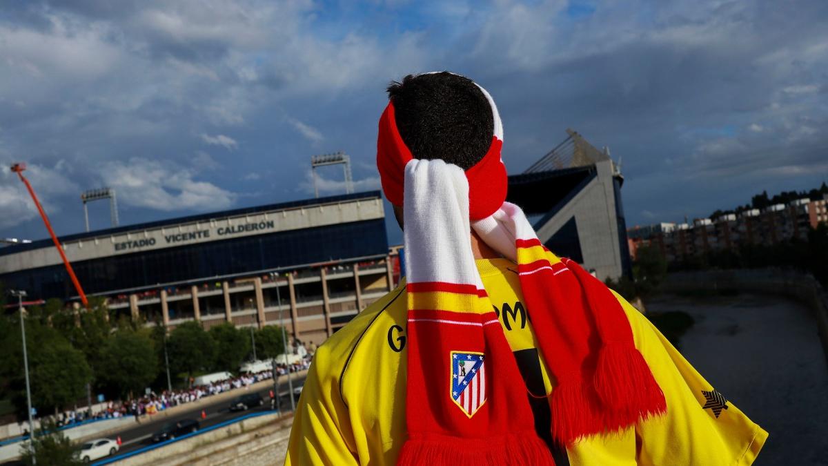 Un aficionado observa el Vicente Calderón