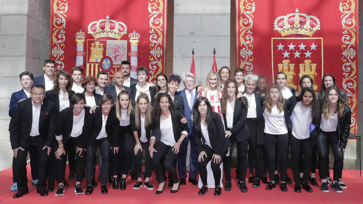Cristina Cifuentes recibió a las jugadoras del Atlético. (Foto: CAM/D.Sinova)
