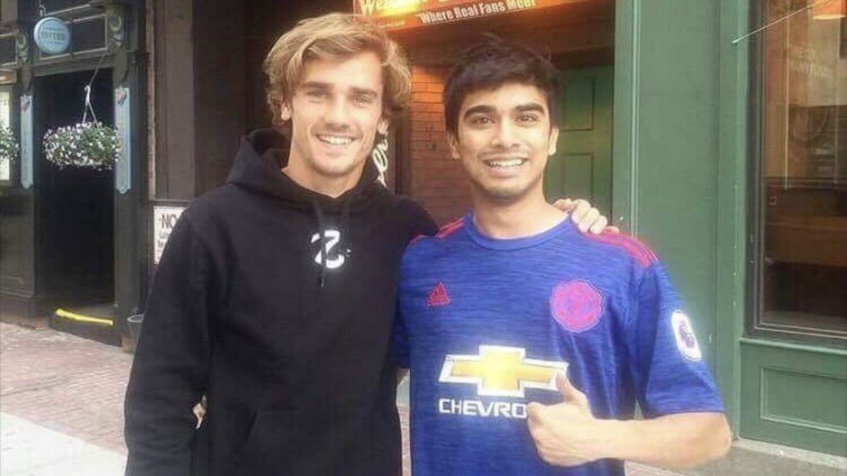 Griezmann, con un aficionado del Manchester United. (ManUnited_HQ)