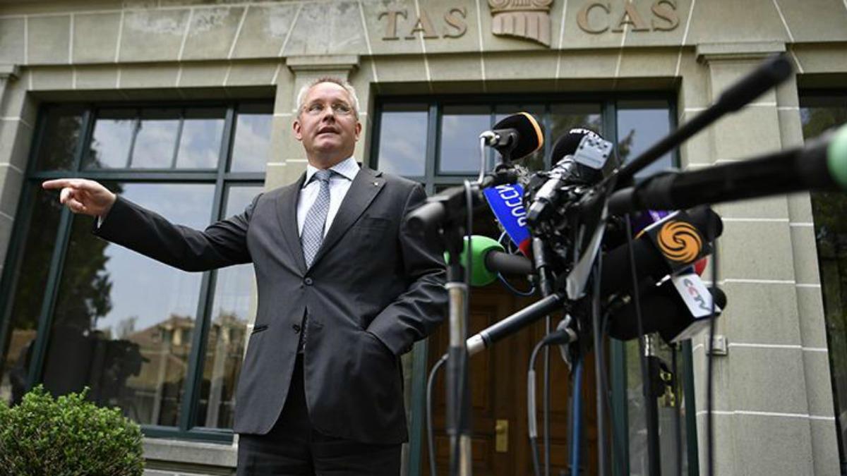 El dirigente del TAS Matthieu Reeb anuncia una de las decisiones. (AFP)