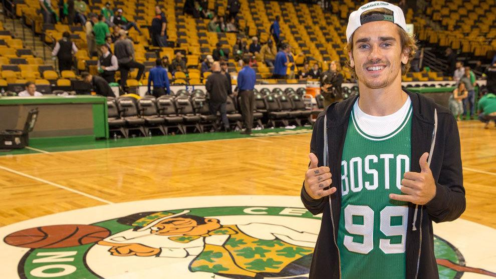 Griezmann posa a pie de cancha de los Boston Celtics.