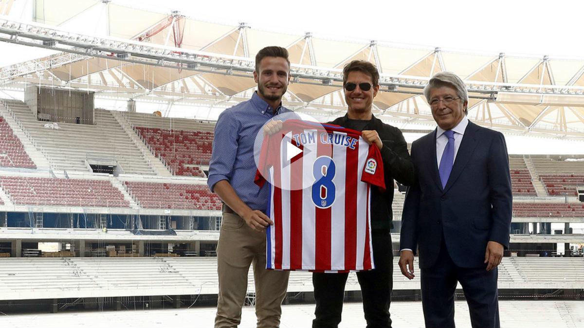 Tom Cruise posa con la camiseta del Atleti junto a Saúl y Cerezo. (atleticodemadrid.com)
