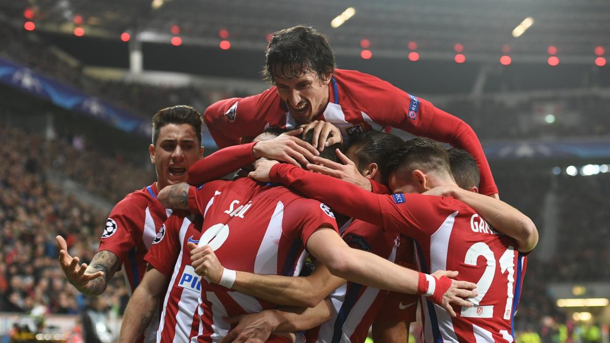 Los jugadores del Atlético celebran el gol de Saúl ante el Bayer Leverkusen. (AFP)