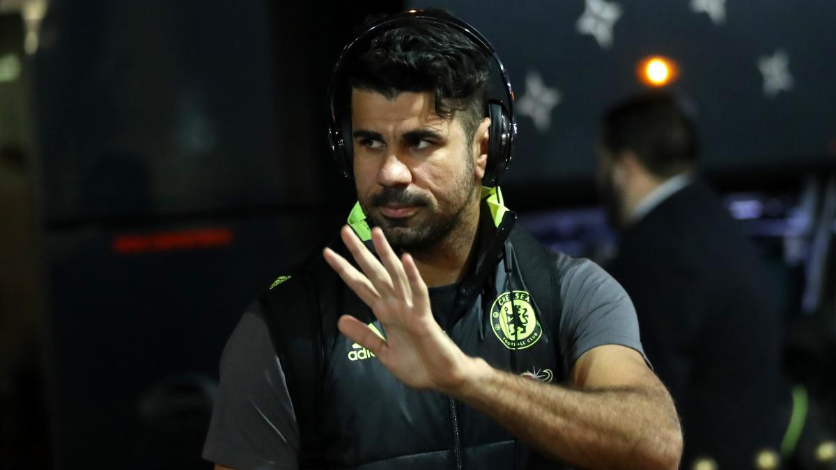Diego Costa saluda a los aficionados antes de una concentración con el Chelsea