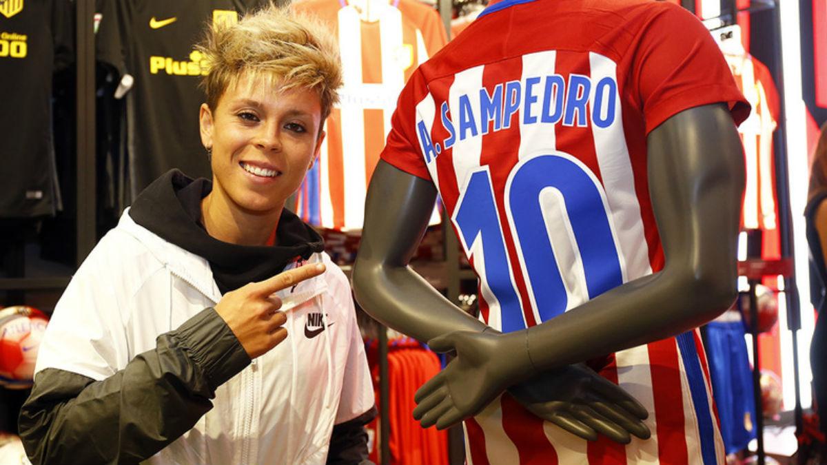 Amanda Sampedro posa con su camiseta. (atleticodemadrid.com)