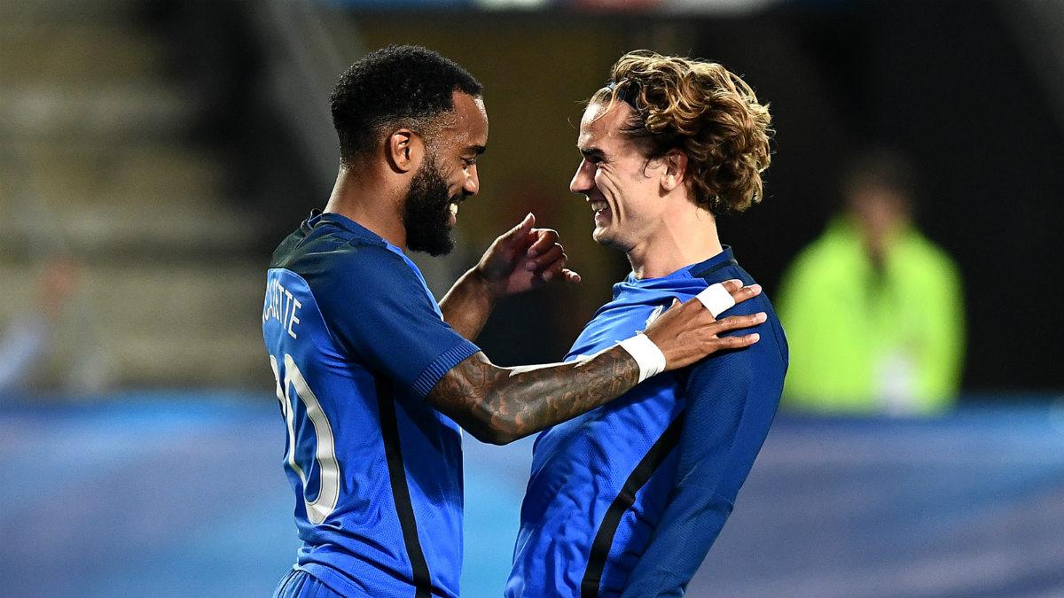 Lacazette y Griezmann celebran un gol con Francia. (AFP)