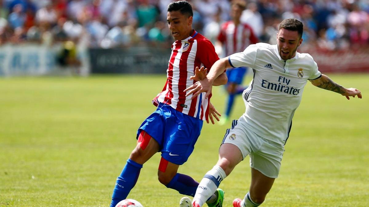 Giovanni Navarro disputa un balón durante el Atlético Juvenil – Real Madrid