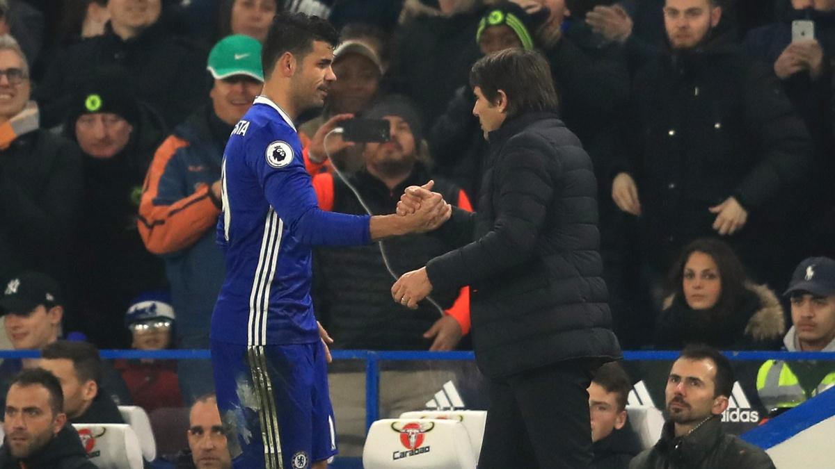 Antonio Conte saluda a Diego Costa tras sustituirle