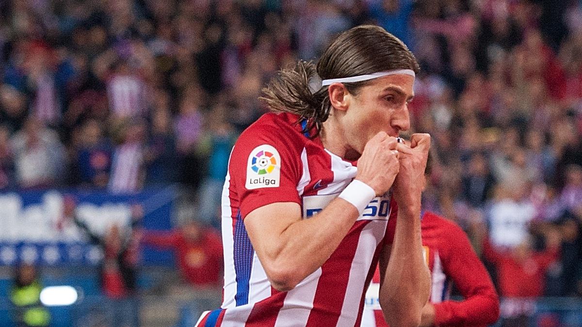Filipe Luis se besa el escudo del Atlético en la celebración de un gol