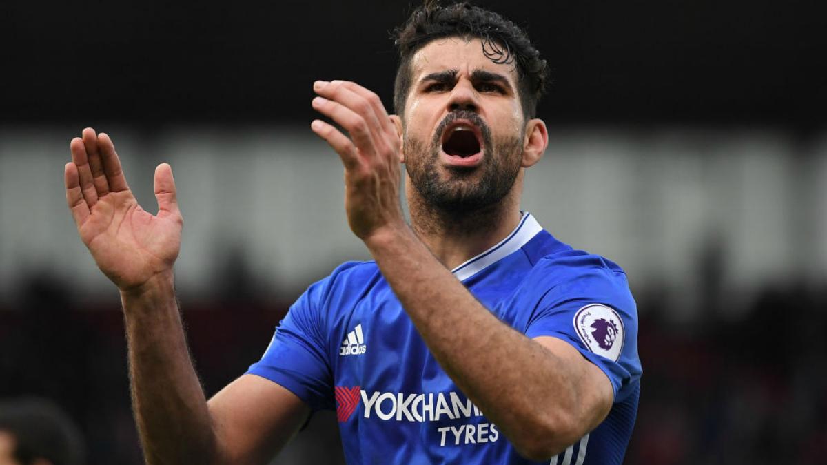 Diego Costa se encara con la afición rival. (Getty Images)