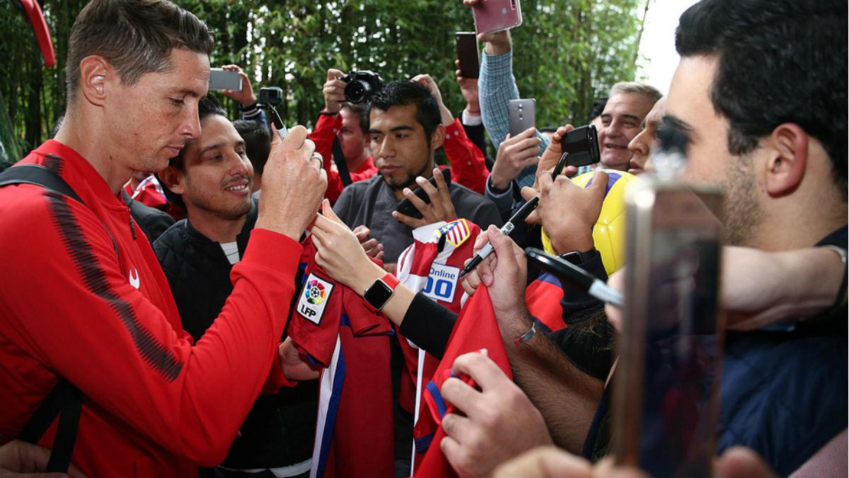 Fernando Torres firma autógrafos a la llegada del Atlético a México. (atleticodemadrid.com)
