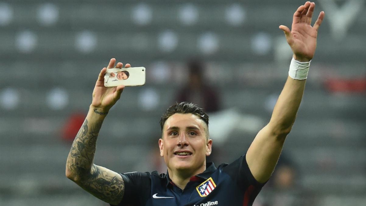 Giménez graba a su afición después de un éxito deportivo. (AFP)