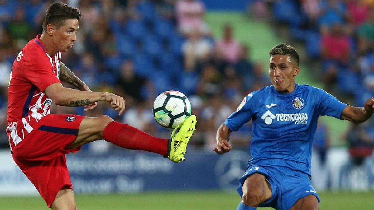 Fernando Torres disputa un balón con Fajr. (Foto: Atlético de Madrid)