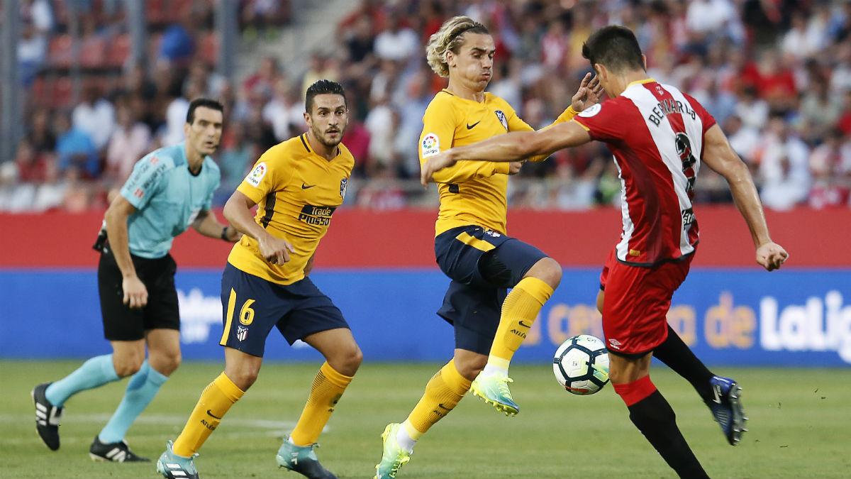 Griezmann pelea un balón durante el Girona-Atlético. (AFP)