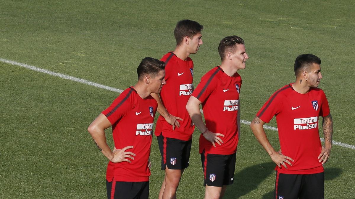 Los delanteros del Atlético, durante el entrenamiento