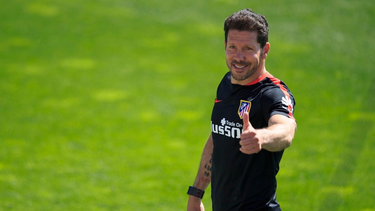 El Cholo Simeone hace un gesto de aprobación durante un entrenamiento