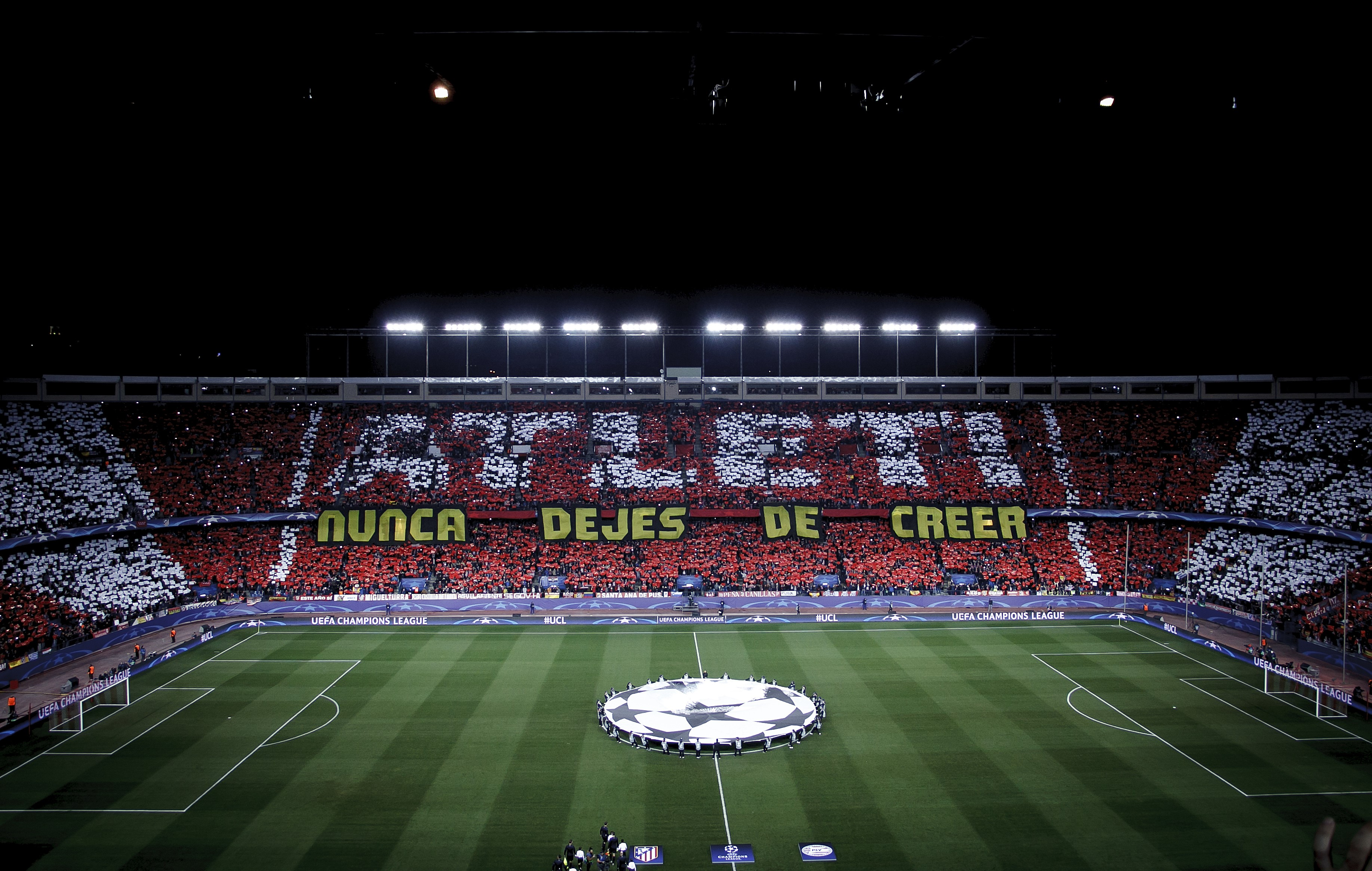 """Mosaico en el Vicente Calderón con el lema: """"Atleti, nunca dejes de creer"""""""