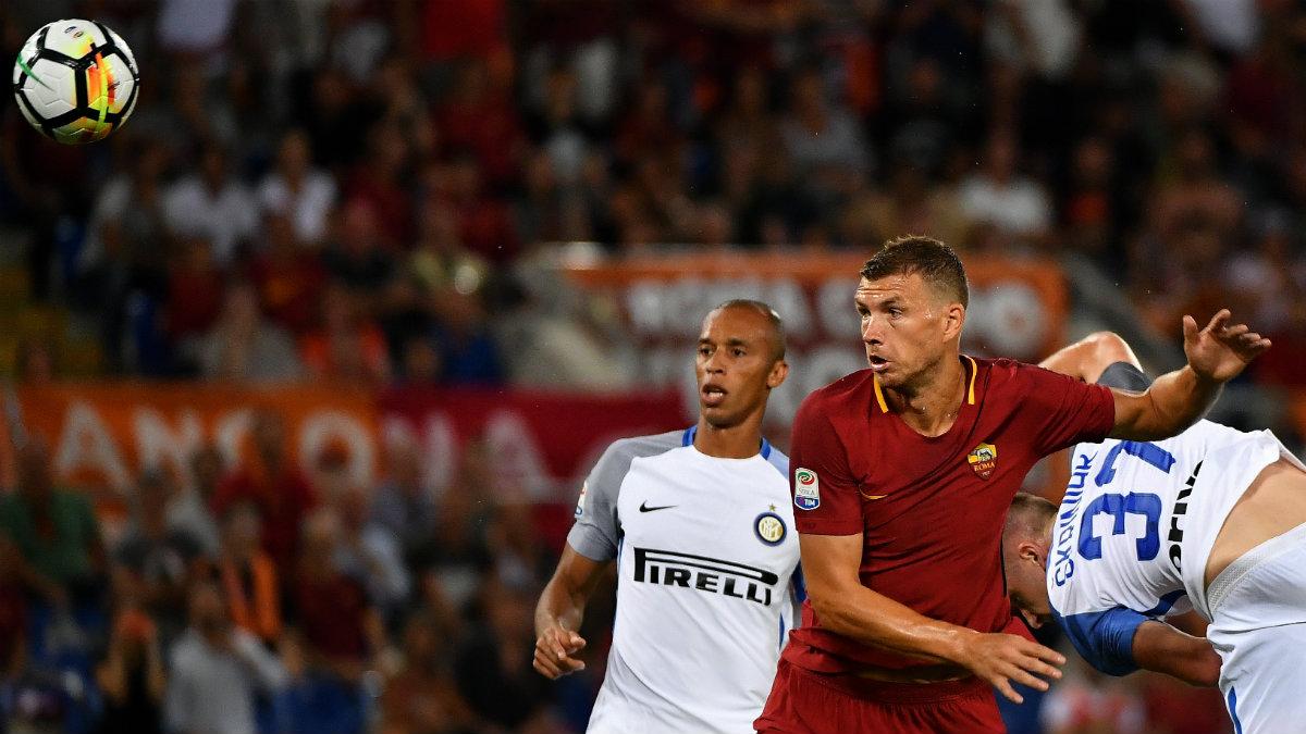Dzeko cabecea un balón durante el Roma-Inter. (AFP)