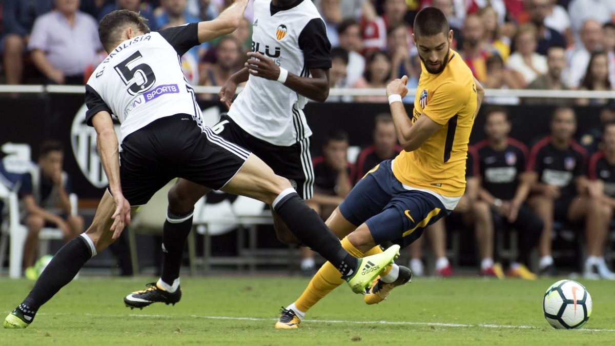 Yannick Carrasco disputa un balón durante el Valencia – Atlético de Madrid
