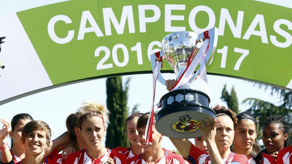 Amanda levanta el trofeo que acredita al Atlético como campeonas de Liga. (atleticodemadrid.com)