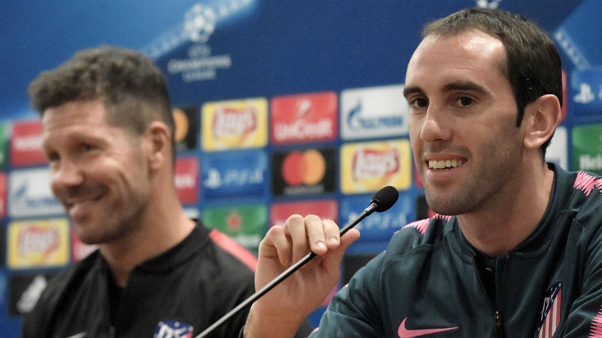 Godín durante una rueda de prensa con el Atlético. (AFP)