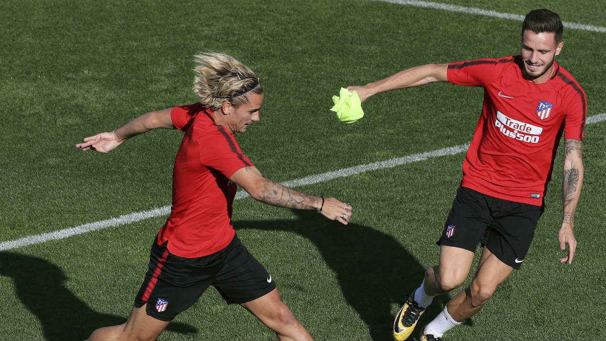 Saúl y Griezmann, en un entrenamiento de los de Simeone. (EFE)