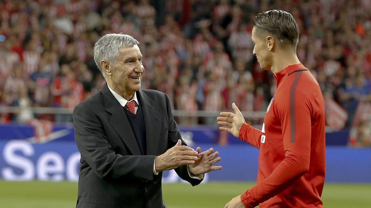 José Eulogio Gárate saluda a Fernando Torres tras el saque de honor