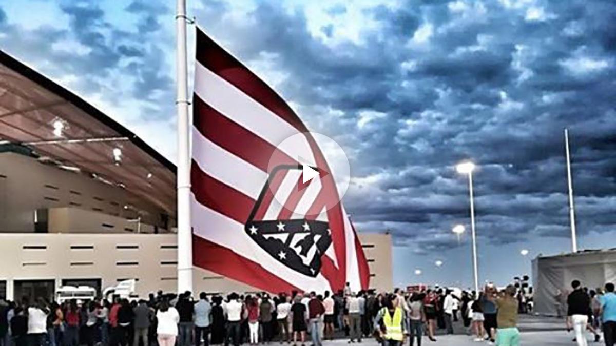 El Metropolitano vio como izaron la bandera al revés.