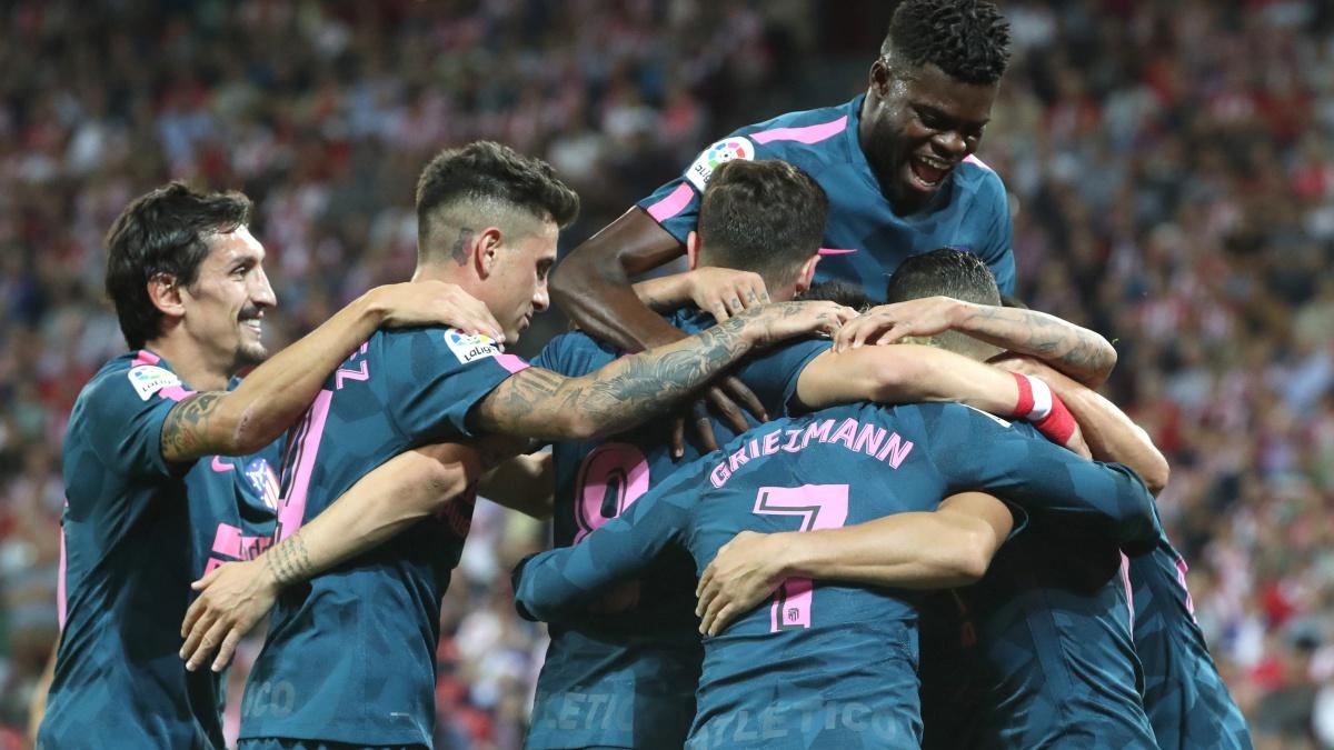 Los futbolistas del Atlético celebran el gol de Ángel Correa frente al Athletic