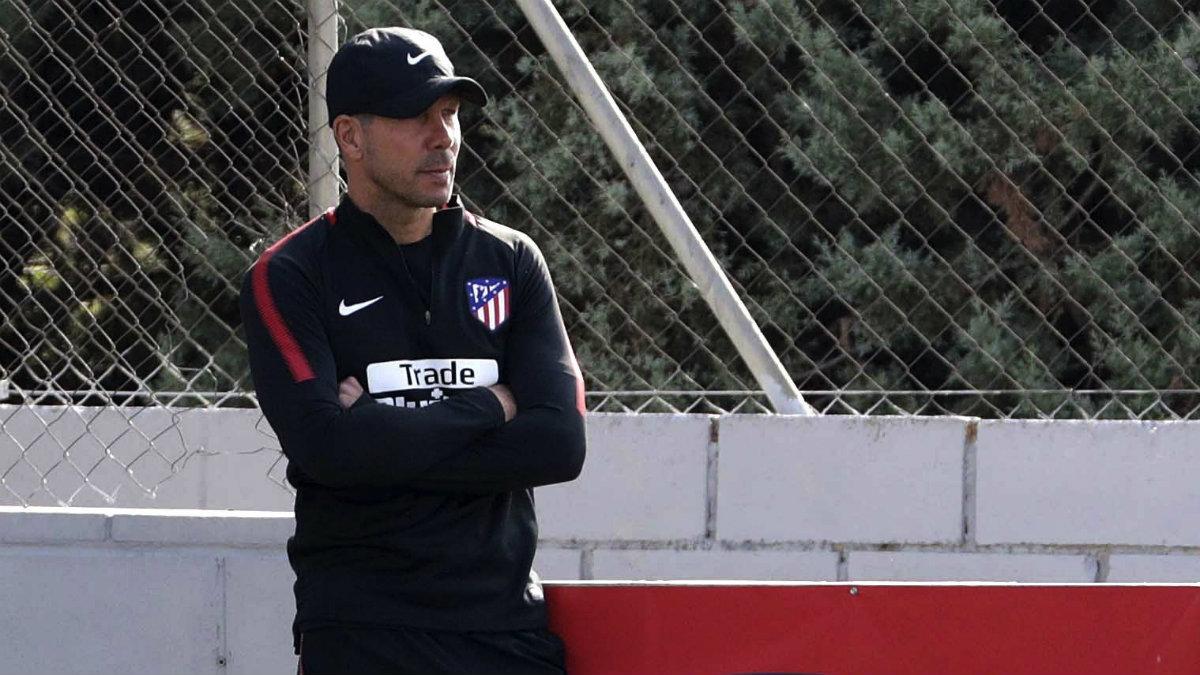 Simeone durante la última sesión antes del choque ante el Sevilla. (EFE)