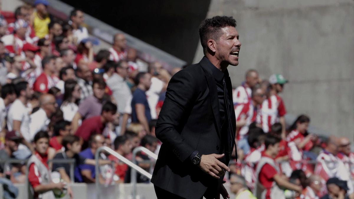 Diego Pablo Simeone da órdenes a sus jugadores durante el Atlético 2-0 Sevilla