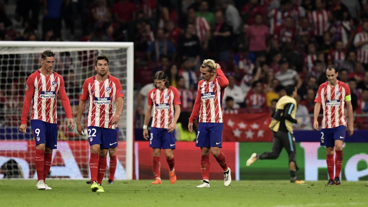 Los jugadores del Atlético se lamentan tras perder ante el Chelsea en Champions