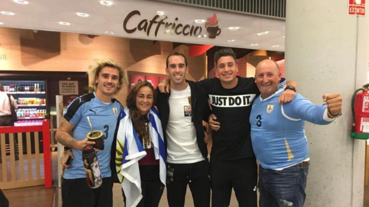 Griezmann posa con la camiseta de Uruguay junto a Godín y Giménez.