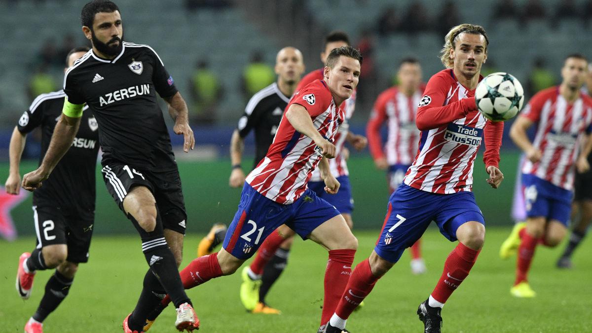 El Atlético defiende un balón ante el Qarabag. (AFP)
