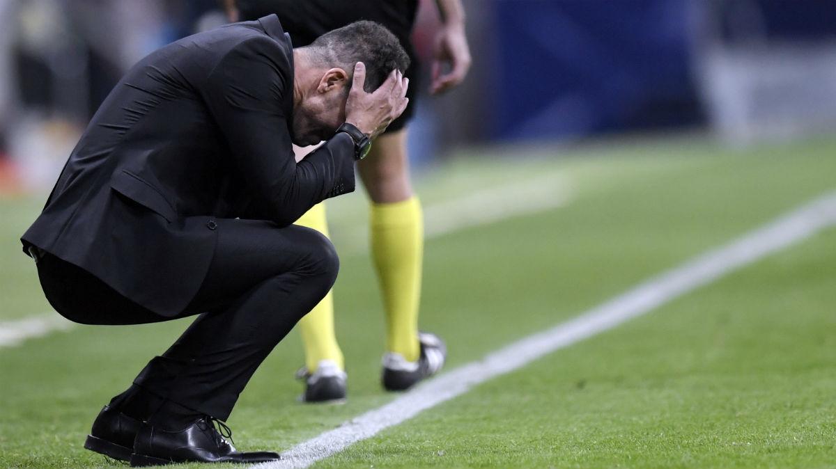 Simeone se desespera en el banquillo. (AFP)