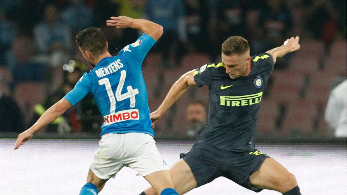 Skriniar disputa un balón durante el Nápoles-Inter. (AFP)