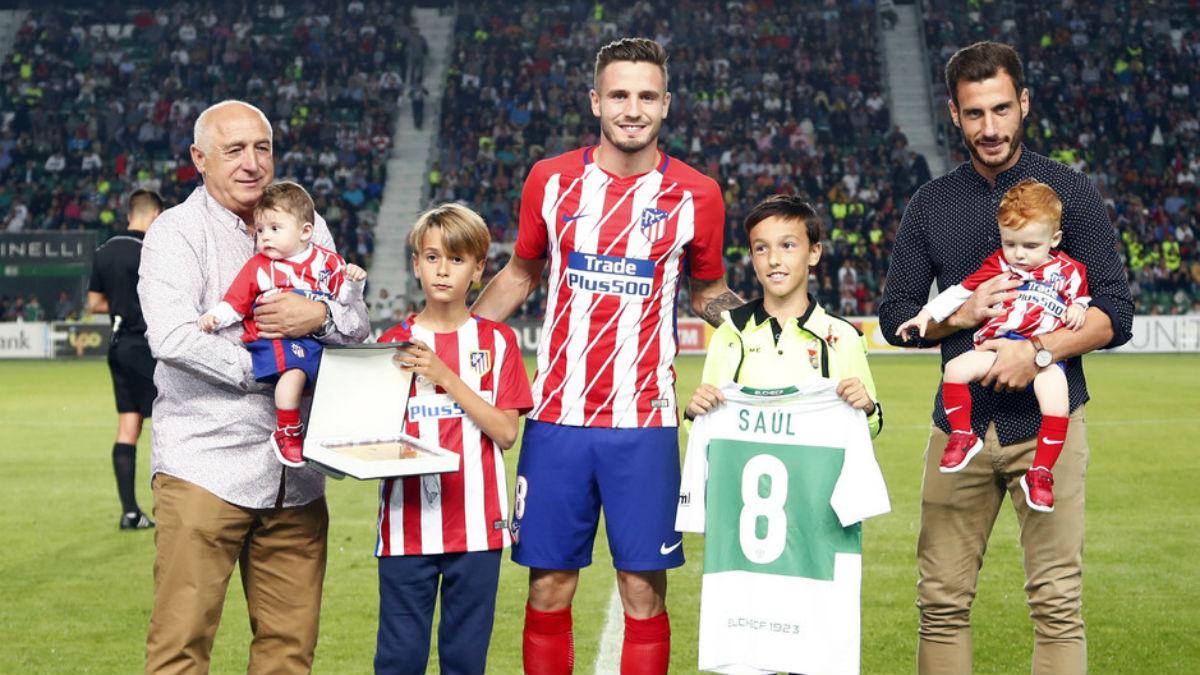 Saúl fue homenajeado en su vuelta a Elche. (atleticodemadrid.com)