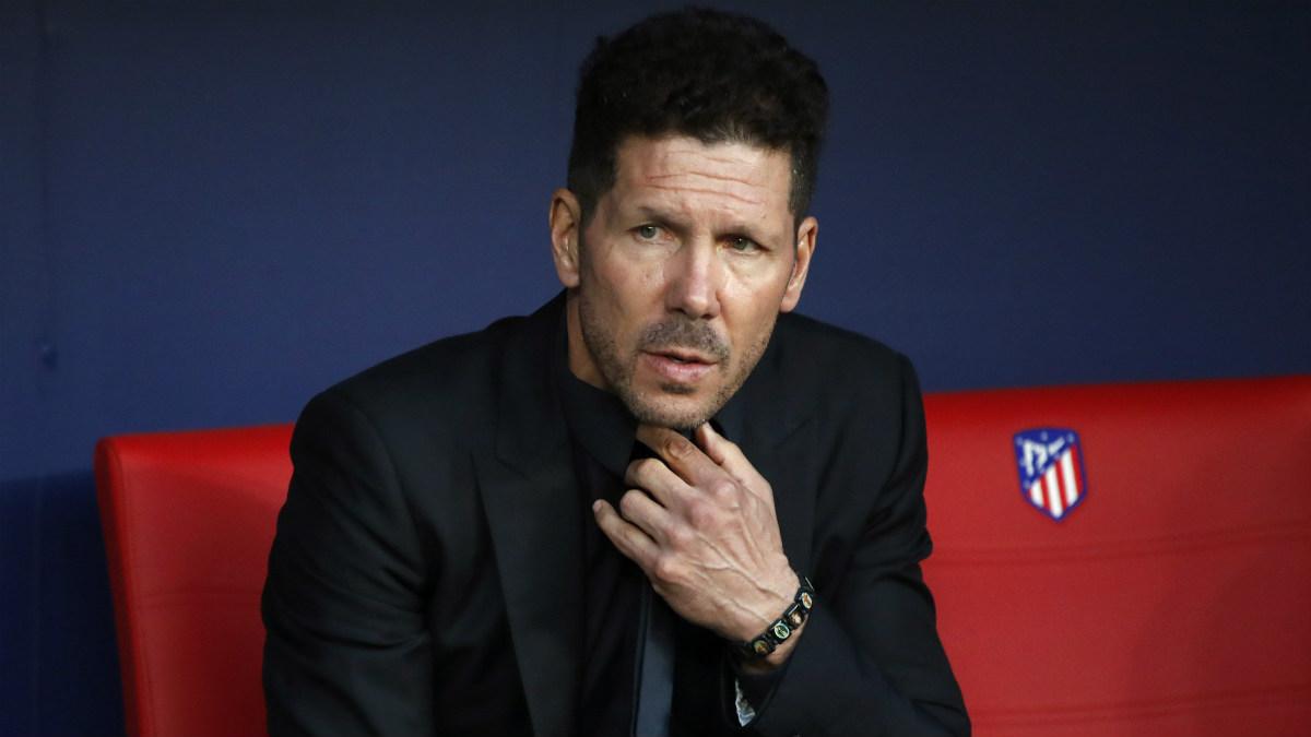 Simeone, en el banquillo del Wanda, durante el choque ante el Villarreal. (EFE)