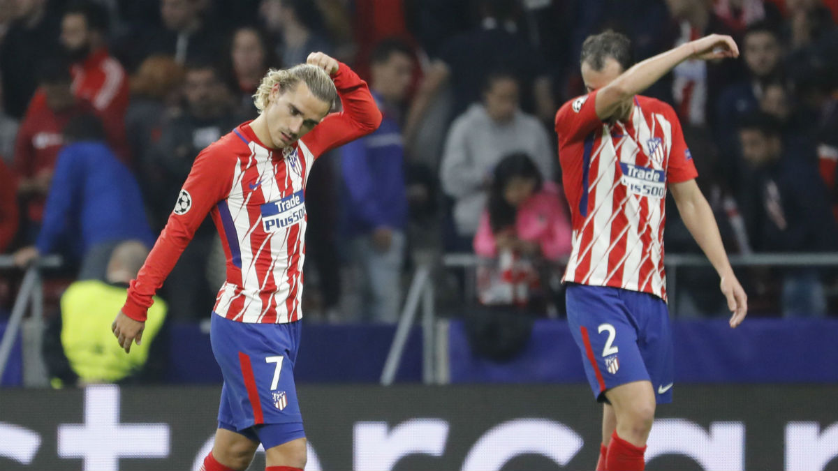 Griezmann y Godín se lamentan del empate ante el Qarabag. (EFE)