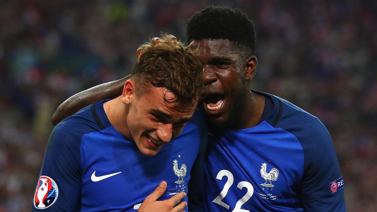 Antoine Griezmann y Samuel Umtiti celebra un gol con Francia