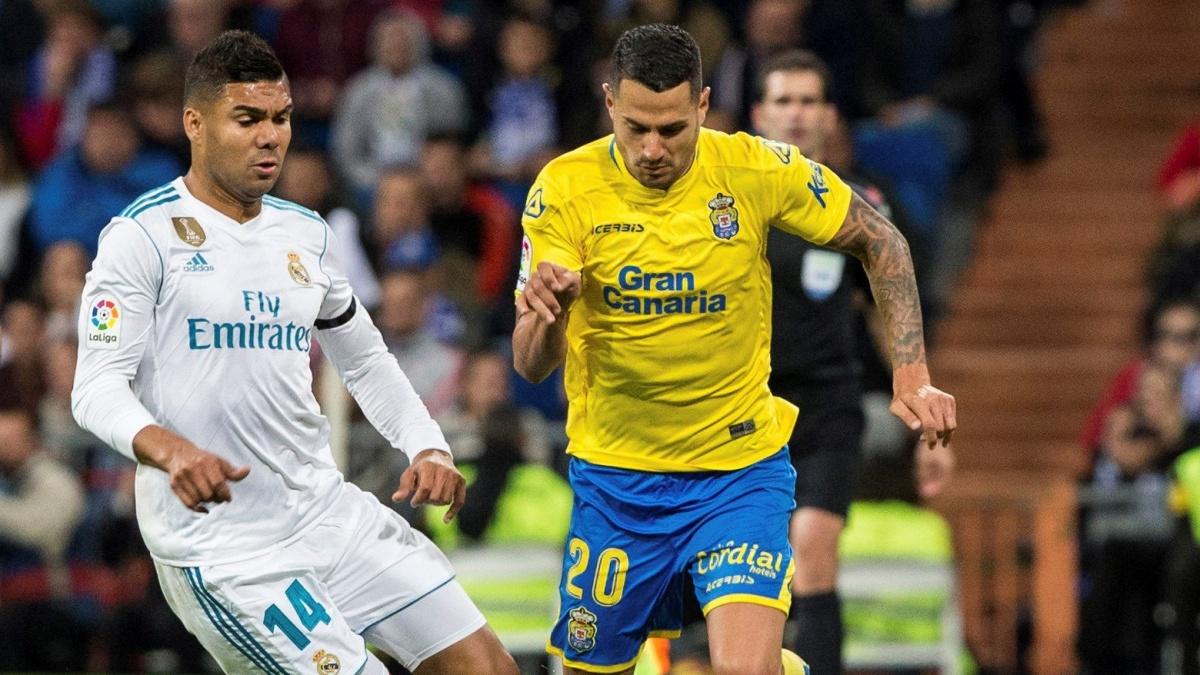 Casemiro pelea un balón con Vitolo