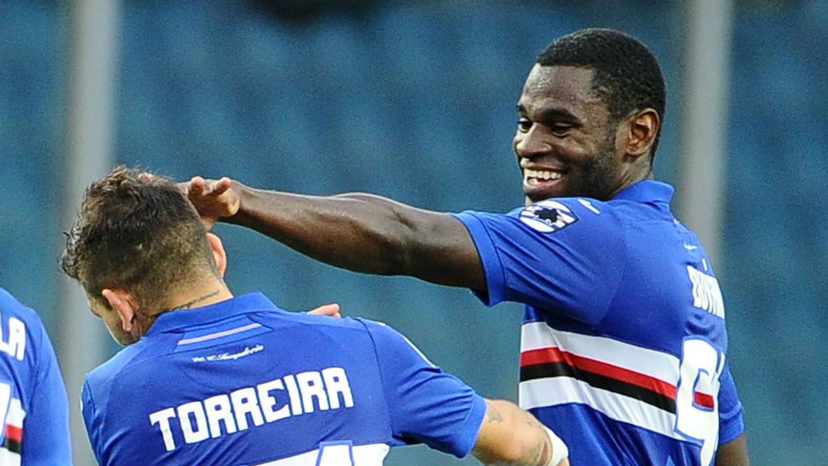 Duván Zapata celebra un gol junto a Lucas Torreira. (Getty)