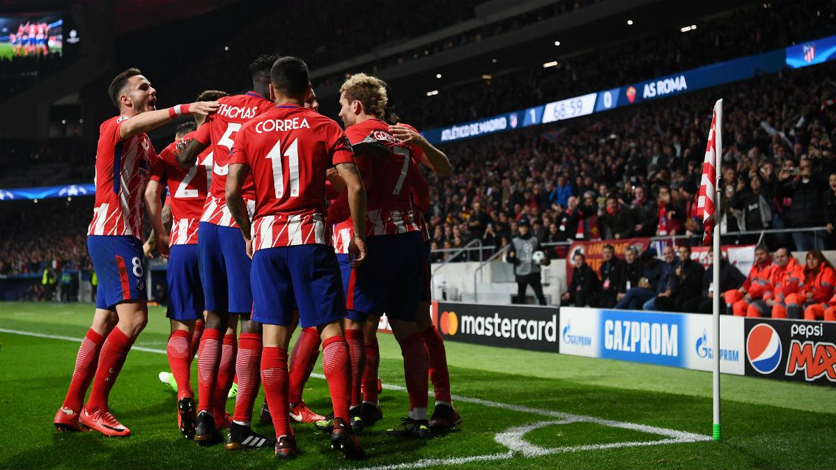Los jugadores del Atlético celebran un gol a la Roma. (AFP)