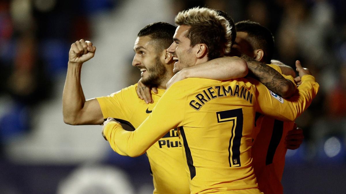Los futbolistas del Atlético de Madrid celebran uno de los goles ante el Levante (AFP)
