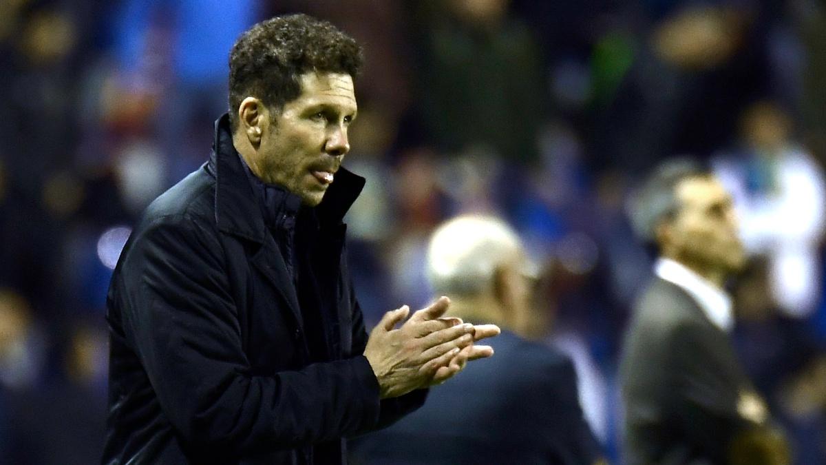 El Cholo aplaude a sus jugadores durante el Levante 0-5 Atlético (AFP)
