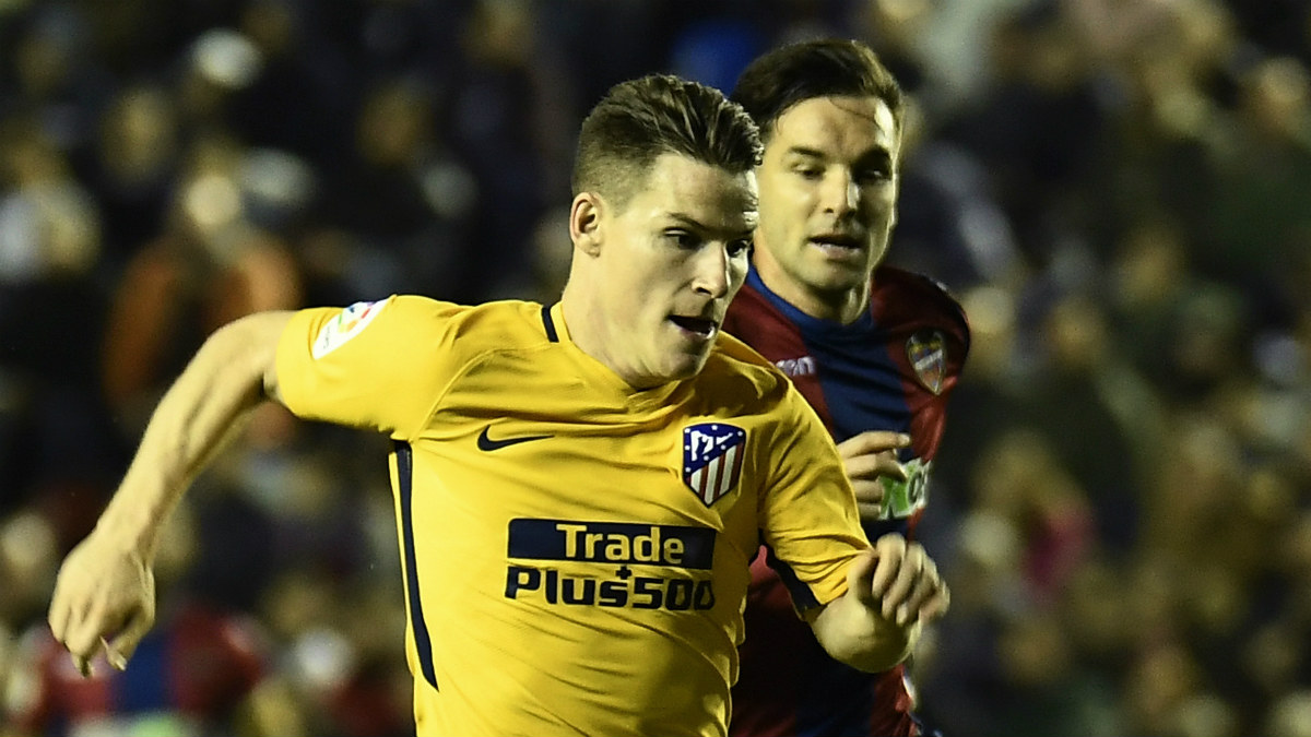 Kevin Gameiro corre acosado por la defensa del Levante. (AFP)