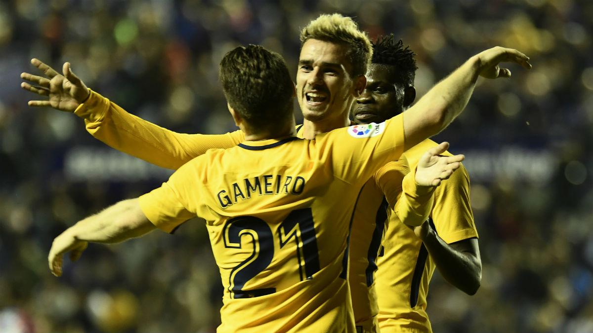 Griezmann y Gameiro celebran un gol ante el Levante. (AFP)