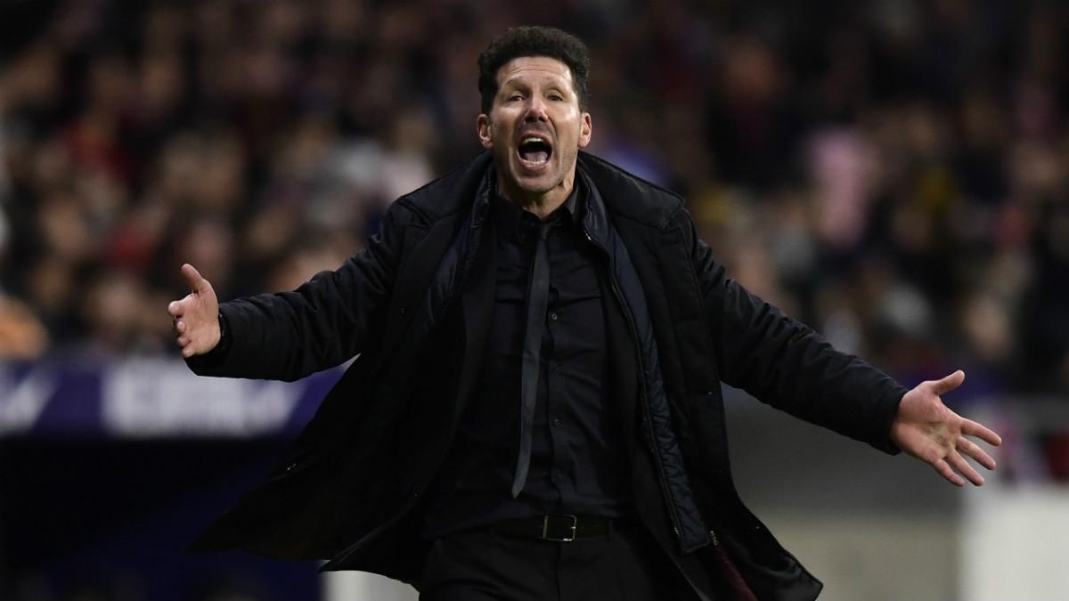 Simeone da instrucciones ante la Real Sociedad. (AFP)